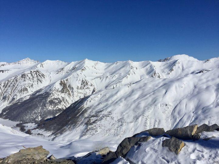 escapade-a-la-montagne-paysage-sommet-electricmindweb